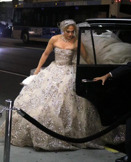La cantante y actriz fue fotografiada la noche del jueves usando un enorme vestido de novia.