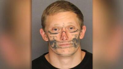 Buscan a un preso con tatuaje de calavera en el rostro que se fugó en California