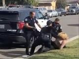 Un policía golpea dos veces el rostro a una mujer hispana durante su arresto