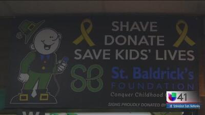 Estudiantes de UTSA cortan el cabello para concientizar sobre el cáncer infantil