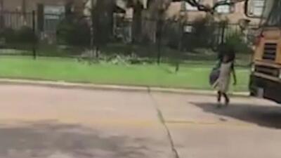 Madre graba el aterrador momento en que su hija estuvo a punto de ser atropellada al bajar del autobús escolar