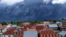 Y se hizo la noche: la erupción de un volcán en Indonesia oscurece momentáneamente la luz del día en una aldea