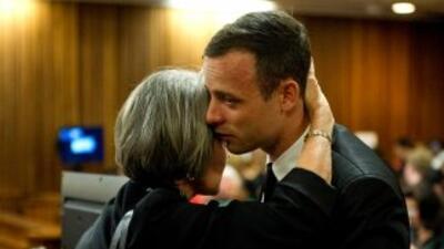 Pistorius se quita las prótesis y muestra al tribunal cómo camina sin ellas