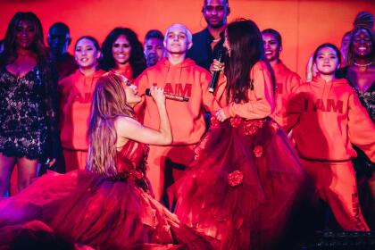 """Esta no es la primera vez que cantan juntas en un escenario ante miles de personas. En junio de 2019, en uno de los conciertos que ofreció en California durante el tour 'It's my party: The live celebration', <b> <a href=""""https://www.univision.com/famosos/es-la-fiesta-de-emme-jlo-destaca-el-talento-de-su-hija-como-sin-limites-video"""">madre e hija interpretaron 'Limitless'.</a> </b>"""