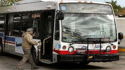 Protestan contra el cambio de una parada de autobús de CTA en el norte de Chicago