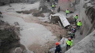 Socorristas buscan más víctimas del volcán de Fuego en Guatemala