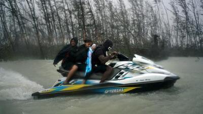 Voluntarios en motos de agua, así salvaron a un centenar de personas atrapadas en Las Bahamas tras Dorian