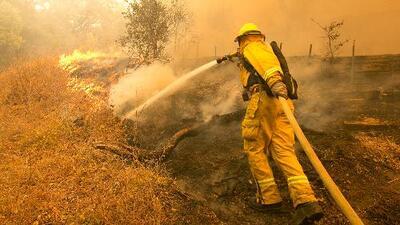 Sin descanso, bomberos luchan por extinguir los implacables fuegos de California