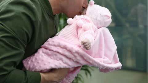 Virus e infecciones, algunas de las consecuencias de besar a bebés recién nacidos