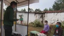 Maestro a bordo de un triciclo llega a las casas para que ningún niño se quede sin recibir clases