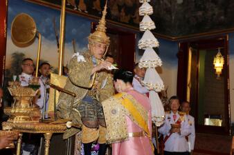 Con una corona de 16 libras el nuevo monarca de Tailandia asciende al trono
