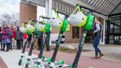 Miles de scooters llegan a Chicago este verano como una opción de transporte público