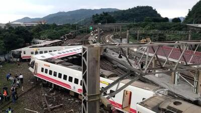 El momento en que un tren descarrila en Taiwán y deja al menos 18 muertos y casi 200 heridos