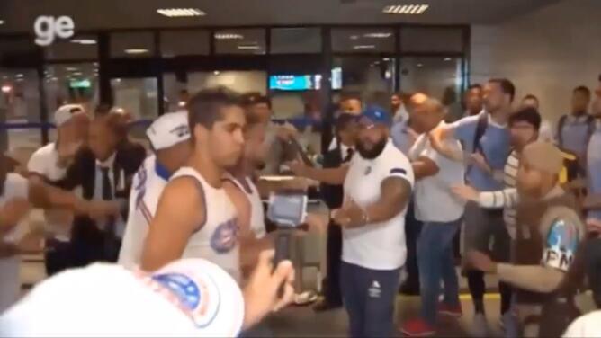 Jugadores y aficionados brasileños desatan pelea en aeropuerto