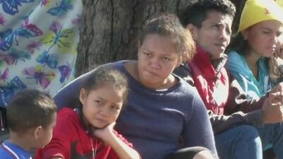 Migrantes en busca de asilo en EEUU reciben confundidos la noticia de que tendrán que esperar en México