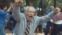"""""""¡Al diablo los bastones!"""": tiene 92 años y es el rey de la fiesta"""