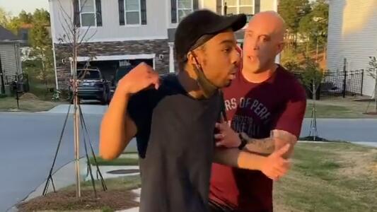 """""""¡Estás en el barrio equivocado!"""": detienen al soldado que fue captado agrediendo a un joven negro"""