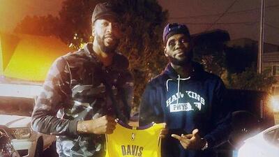 LeBron James ya le dio la playera de los Lakers con el 23 a Anthony Davis