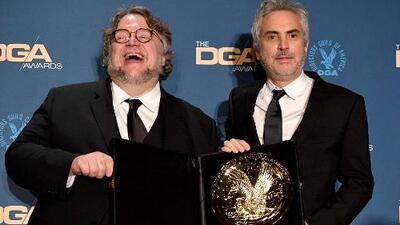 La simpática reacción de Alfonso Cuarón al recibir de Guillermo del Toro el premio del Sindicato de Directores