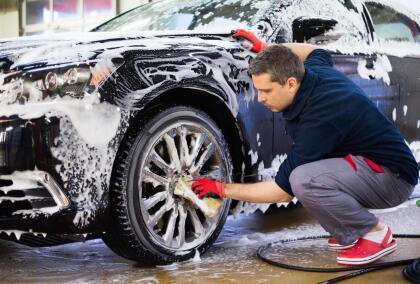<b>1. Prepara el carro</b>: <br> <br>- Lo primer que hay que hacer es <b> lavar el carro a mano </b>muy cuidadosamente. Cuando la suciedad se mezcla con la pulitura puede causar un pegoste dificil de limpiar.  <br>- También trata de limpiar el carro en un lugar sombreado ya que el  <b>deberá permanecer húmedo durante el proceso de pulitura</b> y hay que evitar que el auto se seque al sol. <br>- Protege todas las superficies donde no quieras que caiga pulitura, incluso en los alrededores del vehículo. <br>