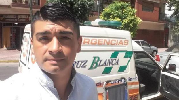 ¡Del insulto al aplauso! Exjugador maneja ambulancia en Argentina