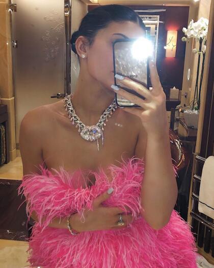 """En esta selfie que compartió Jenner, en donde además se observa el  <b><a href=""""https://www.univision.com/famosos/travis-scott-da-costoso-y-original-regalo-de-cumpleanos-a-kylie-jenner-y-asi-lo-presumio-fotos"""">costoso regalo que le obsequió su pareja Travis Scott</a></b>, se aprecia con mayor detalle el vestido."""