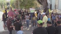 """""""No hay trabajos para nadie"""", habitantes de Guanica participan en una manifestación para pronunciarse en favor de Edgardo Cruz"""