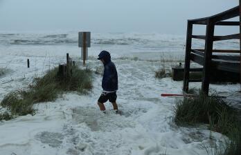 En fotos: la fuerza del huracán Michael ya se siente en la costa norte de Florida