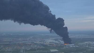 El masivo incendio en una planta petroquímica en Deer Park ganó fuerza y esta es la explicación de la empresa