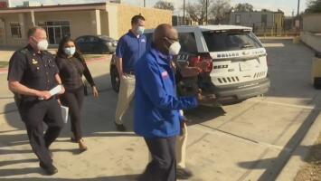 Autoridades de Dallas visitan un vecindario con graves problemas sociales y se comprometen a encontrar soluciones