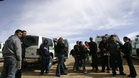 El gobierno de Trump anuncia planes para detener indefinidamente a familias con niños que cruzan la frontera