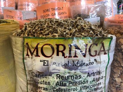 Las etiquetas de las hierbas no necesitan aprobación, así que debe revisarlas cuidadosamente porque podrían no mostrar la cantidad correcta de un ingrediente.