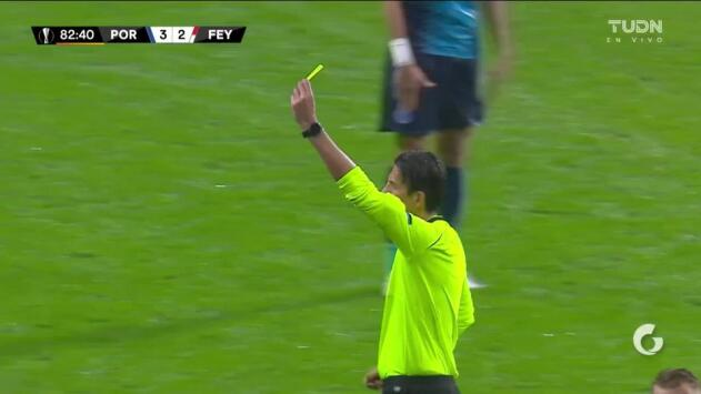 Tarjeta amarilla. El árbitro amonesta a Corona de FC Porto