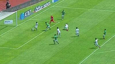 J. J. Macías casi hace el gol del año con el León tras una pifia de Saldívar