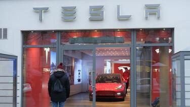 """Tesla, Volvo, Mercedes-Benz y Ford demandan al gobierno estadounidense por aranceles """"ilegales"""" a repuestos importados de China"""