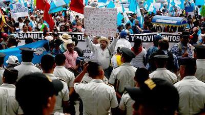 Con masivas protestas y quema de piñatas, guatemaltecos exigen renuncia del presidente Jimmy Morales