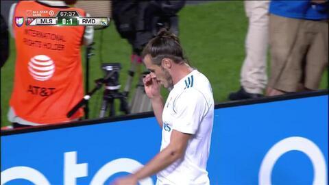 Uyy!! Casi gol. Gareth Bale patea y da en el arco