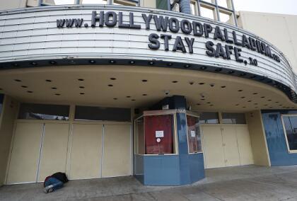 """Con un letrero de """"Estén Seguros"""" el popular teatro Hollywood Palladium, mantiene sus puertas cerradas hasta nuevo aviso, tras la medida estatal que prohibió el funcionamiento de centros de entretenimientos en la ciudad."""