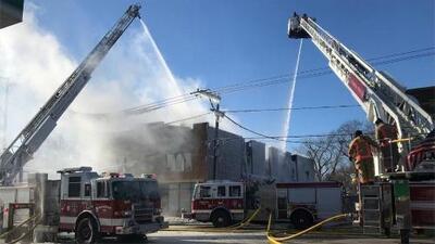 El viento y el frío extremo dificultan las labores de los bomberos que combaten un incendio en Waukegan