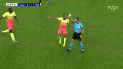 Tarjeta amarilla. El árbitro amonesta a Fernandinho de Manchester City
