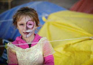 Así celebran el Día de Muertos estos niños migrantes mientras esperan en México asilo en EEUU