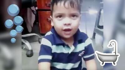 Niño cantando porque no quiere bañarse hace recordar los panchos de los bebés