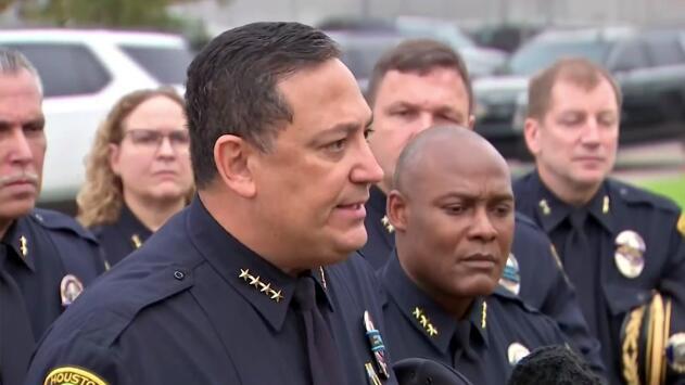 Jefe de la policía de Houston critica fuertemente a legisladores republicanos tras el asesinato de uno de sus sargentos