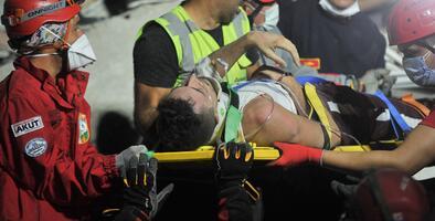 Un fuerte terremoto deja al menos 60 muertos y más de 900 heridos en Turquía y en una isla de Grecia
