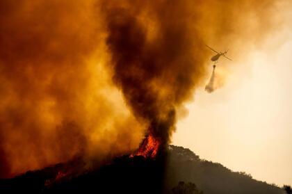 """La sorpresiva <a href=""""https://www.univision.com/local/san-francisco-kdtv/asi-se-vieron-las-postales-de-luz-que-dejo-la-sorpresiva-tormenta-electrica-en-el-area-de-la-bahia-fotos"""" target=""""_blank"""">lluvia de relámpagos</a> provocó decenas de pequeños incendios a lo largo y ancho de la región que han sido controlados por los bomberos, pero algunos permanecen activos y crecen a pasos agigantados alimentados por las altas temperaturas y las rachas de viento."""