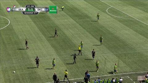 Tarjeta amarilla. El árbitro amonesta a Diego Rubio de Sporting Kansas City