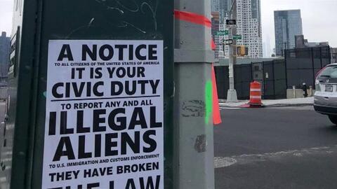 """""""Deporten a todos los inmigrantes ilegales"""": aparecen carteles racistas repartidos por El Bronx"""