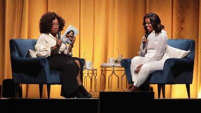 Michelle Obama presenta su libro de memorias en un acto con Oprah Winfrey