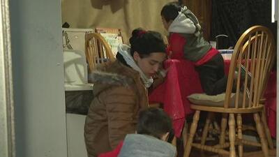 Las tormentas que azotan al sur de California ponen en peligro a una familia que vive en una casa móvil