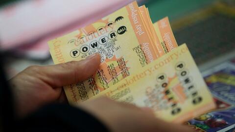 Regalar dinero a los necesitados y hacer obras de caridad, lo que harían algunos si ganan el Powerball